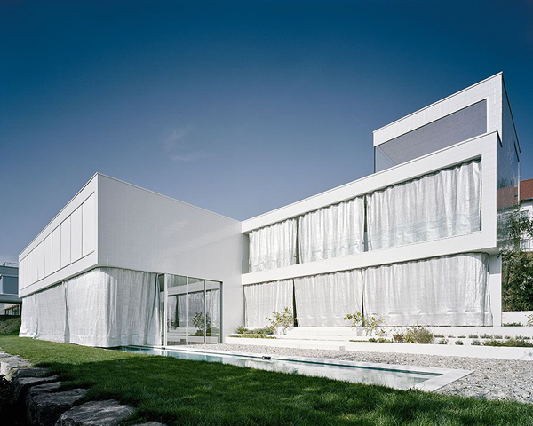 Casa-estudio de C18 Architekten: un sueño blanco con espíritu vacacional