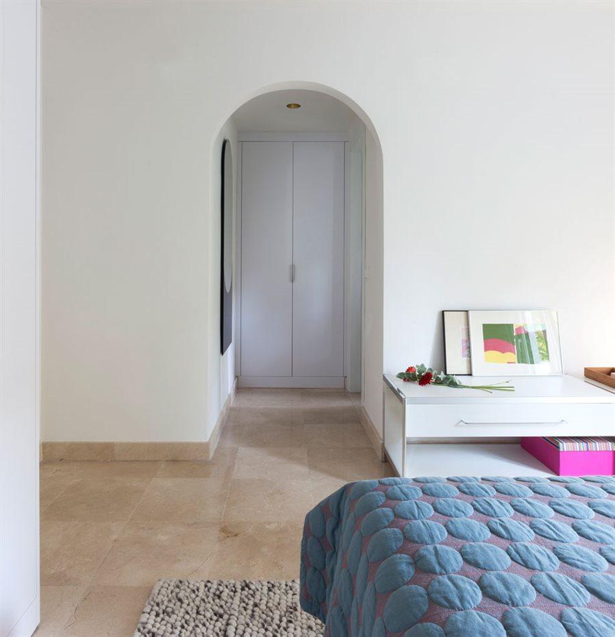 marbella12. En este dormitorio situado en la planta de arriba, el arco semicircular comunica la zona de descanso con el armario y el baño, aportando personalidad con un componente sutil, en oposición a la línea recta predominante