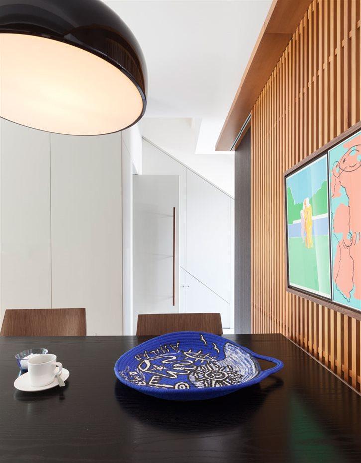 marbella16. Presidido por una gran lámpara circular y suspendida y un cuadro en tonos pastel, el área del comedor permite una comunicación fluida, natural y espontánea con los demás espacios de la casa