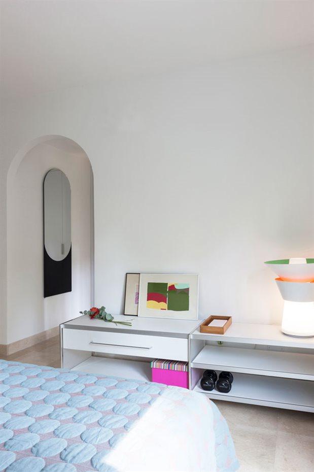 marbella37. El contrapunto escenográfico del arco se contrapone con el rigor del mobiliario, de carácter sencillo y ordenado con la adición de elementos expresivos como la lámpara y un espejo singular