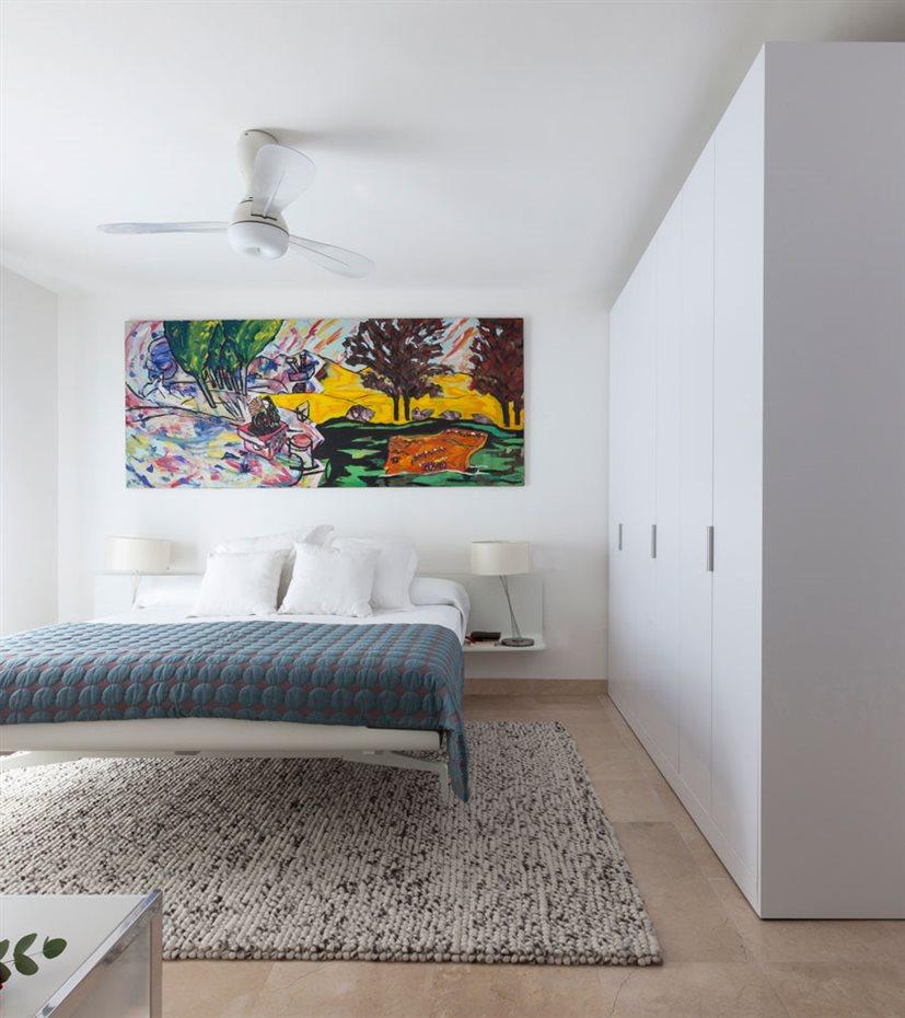 marbella6. En la planta superior, el mobiliario del dormitorio principal destaca por su levedad, con dos planos laterales a modo de las mesillas de noche suspendidas e integradas en el cabezal de la cama, que parece flotar