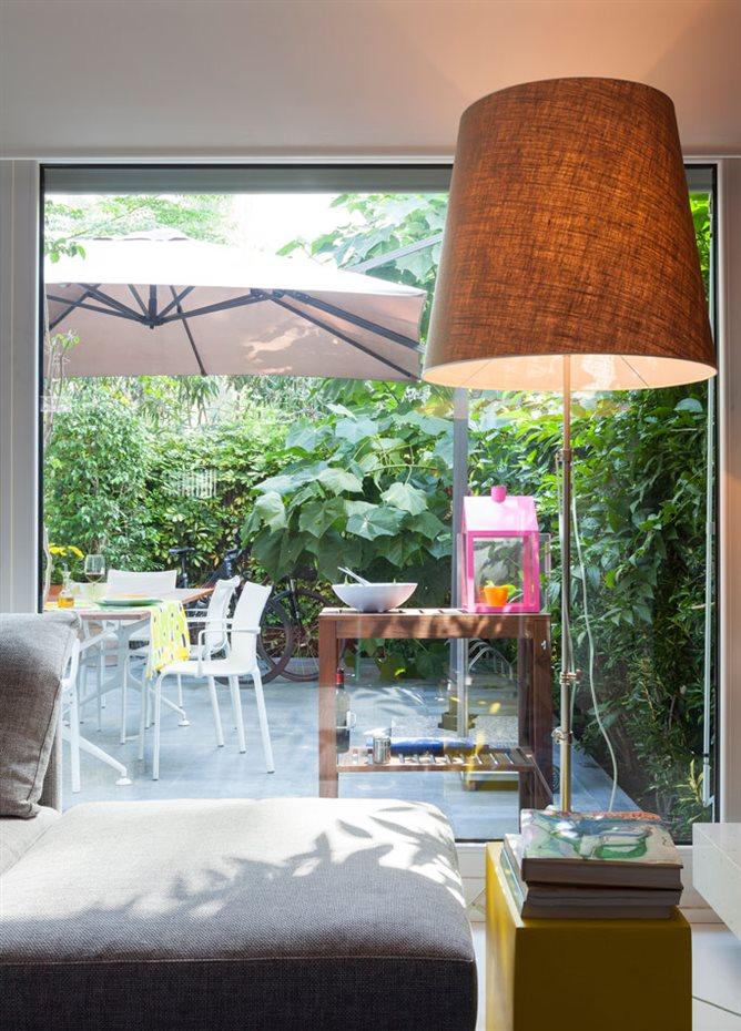 marbella7. La zona de estar se abre a una terraza con tarima de madera y circundada por un frondoso vergel para gozar al aire libre en un entorno privilegiado favorecido por un clima grato durante casi todo el año